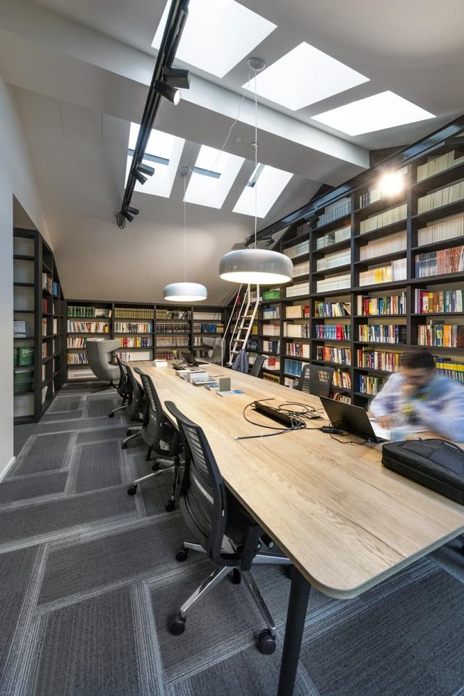 EY: Auch eine Bibliothek gehört zum Gebäudekomplex. Foto: Dario Tettamanzi