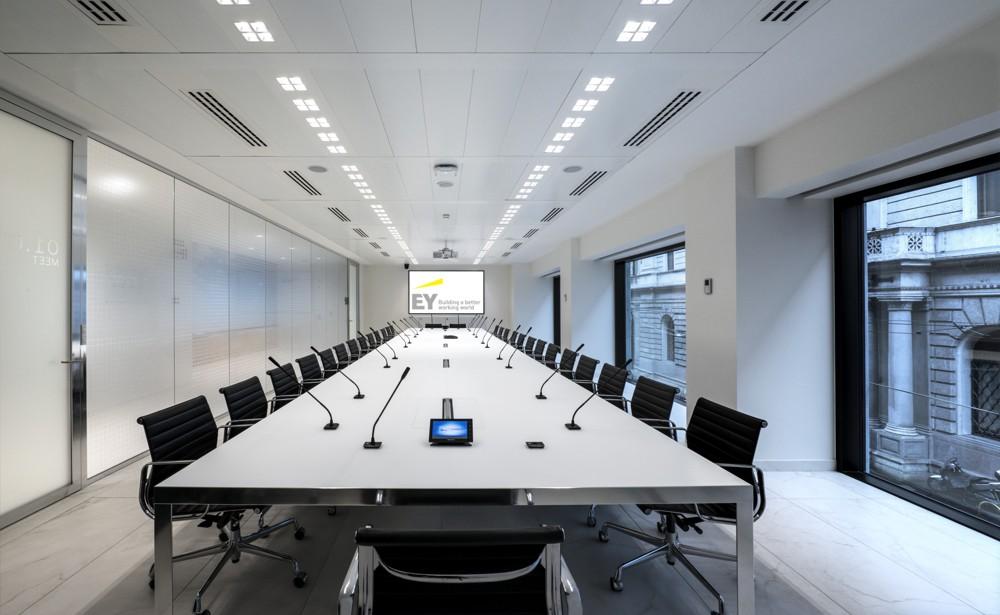 EY: Klassischer Meetingraum für Besprechungen in größerer Runde. Foto: Dario Tettamanzi