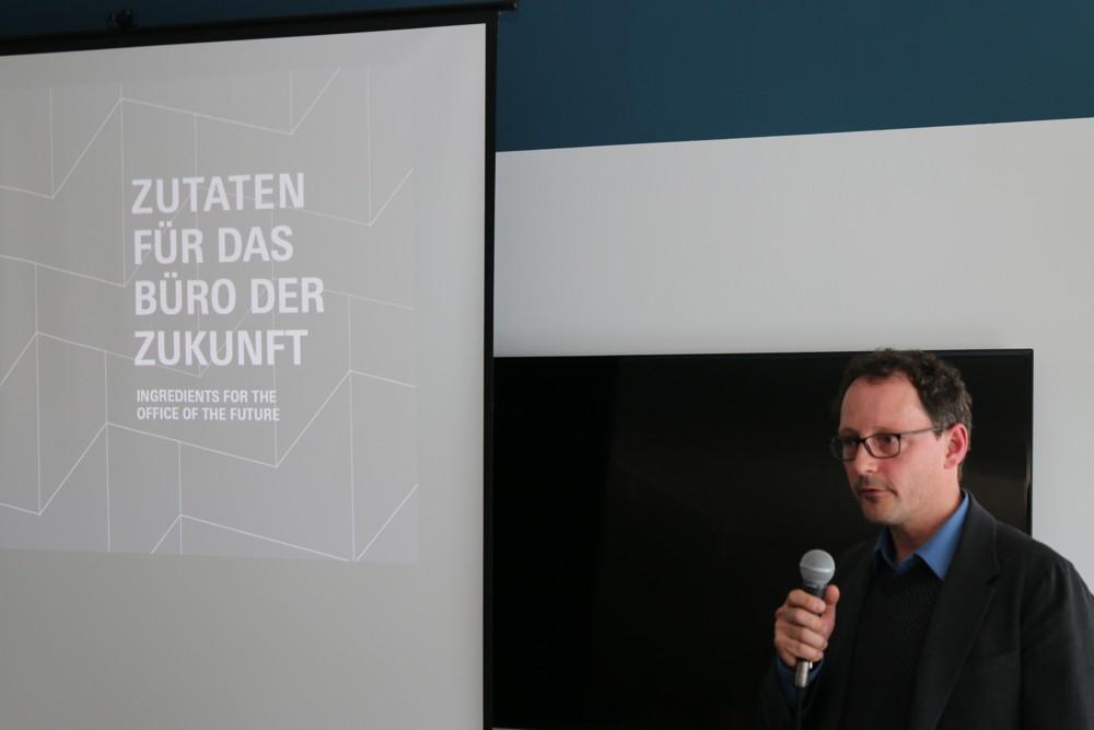 Der Architekt André Schmidt vom Büro MATTER stellt Zutaten für das Büro der Zukunft vor.