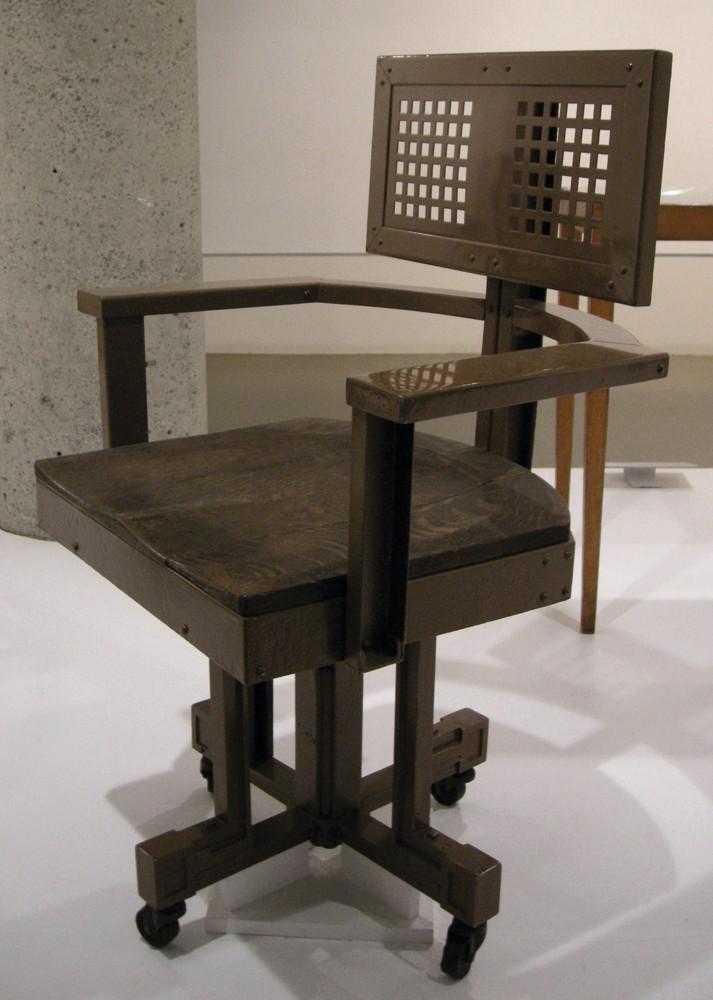 Frank Lloyd Wright war der Architekt des ersten Bürogebäudes der Welt. Für das Larkin Administration Building (1904) entwarf er auch Bürostühle wie diesen – mit Rollen und luftdurchlässiger Rückenlehne. Foto: Wikimedia Commons