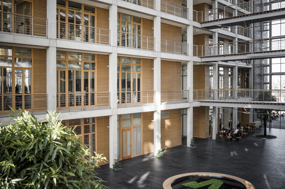 Die zentrale Halle aus Stahl und Glas bietet Raum für Begegnung. Foto: aib, Duisburg