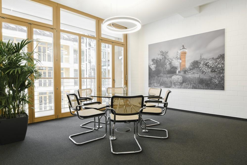Abgependelte LED-Akzentleuchten schaffen einen freundlichen Raumeindruck. Foto: aib, Duisburg