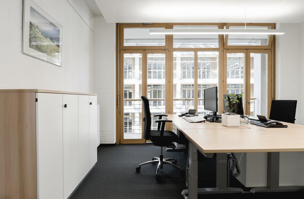 Um die großzügige Verglasung der Büros zu erhalten, wurden Akustikkühldecken installiert. Foto: aib, Duisburg
