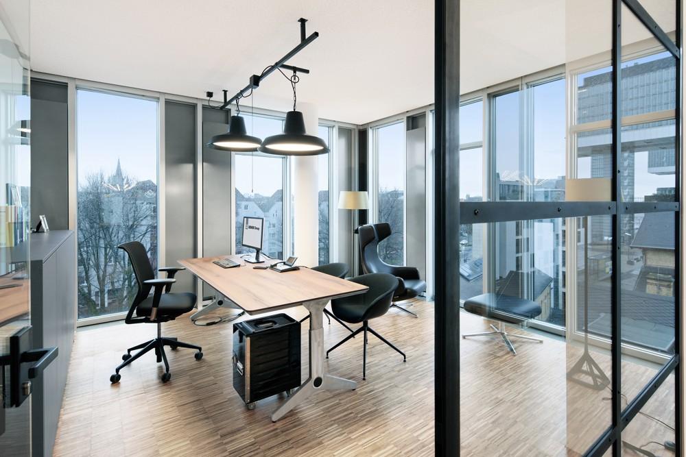 Die Y-förmige Unterkonstruktion von unit betont den Werkbankcharakter des Tischs. Fotos: hell und freundlich/Lukas Palik Fotografie