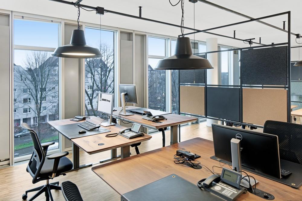 Die Schreibtische lassen sich von Sitz- auf Stehhöhe bringen. Fotos: hell und freundlich/Lukas Palik Fotografie