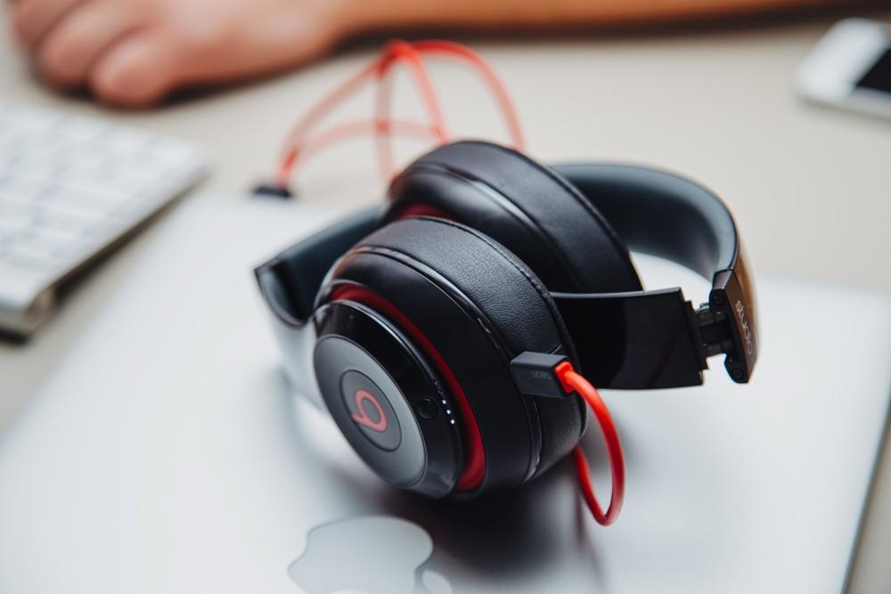 Beispiel eines derzeit weitverbreiteten geschlossenen Kopfhörers. Foto: Pexels