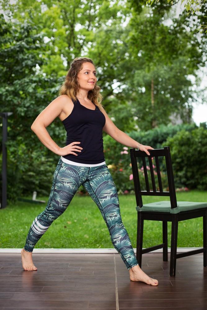 Fitnessübungen: Lunges am Stuhl.