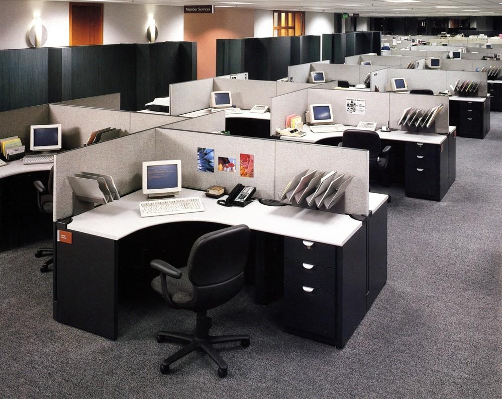 Ein Großraumbüro mit Kabinen (Cubicles) für die einzelnen Mitarbeiter. Die 80er Jahre waren nicht nur in Bezug auf die Mode fragwürdig. Foto: Steelcase