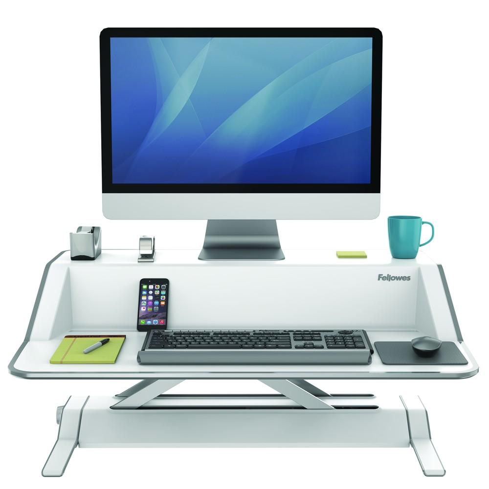 Tastatur, Monitor, Smartphone, Kaffeetasse: Auf der Workstation Lotus ist reichlich Platz.