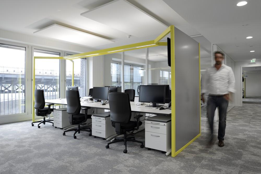 Gelber Rahmen mit vielen Funktionen: Er trägt Beleuchtung, Pinnflächen und seitliche Monitore. Foto: Karsten Knocke