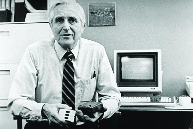 Der Erfinder der Maus, Doug Engelbart, hält in der linken Hand seine erste Maus von 1963 und in der rechten eine aus dem Jahr 1984. Foto: Kelson