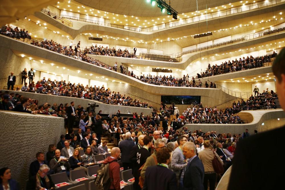 """Rund 1.600 Teilnehmer der XING-Tagung """"New Work Experience"""" besuchten am 6. März die Hamburger Elbphilharmonie. Abbildung: storytile"""