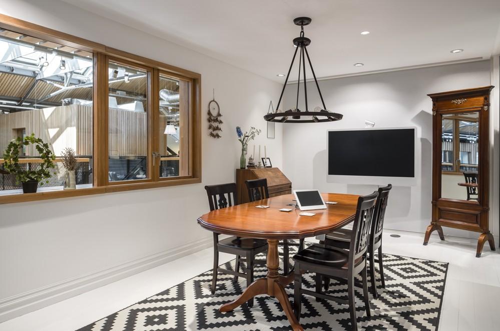 Die Gestaltung der Meetingräume orientierte sich an Wohnungen, die über Airbnb gemietet werden können. Abbildung: Donal Murphy
