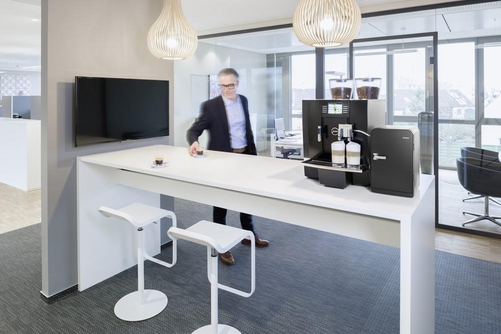 Meeting, Konferenz, Büroalltag: Ohne Kaffee undenkbar. Abbildung: JURA Gastro