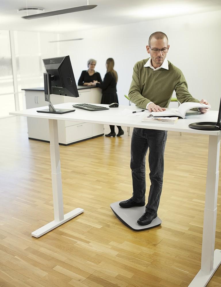 Die Ballancierplatte sorgt für kleine Bewegungen im Stehen. Das aktiviert die Muskulatur.