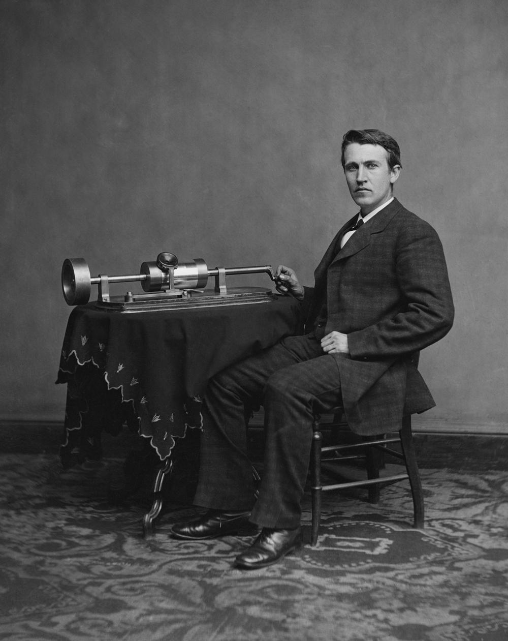 Thomas Edison mit dem ersten Aufnahmegerät der Welt – seinem Phonographen. Abbildung: Wikimedia Commons/Levin C. Handy