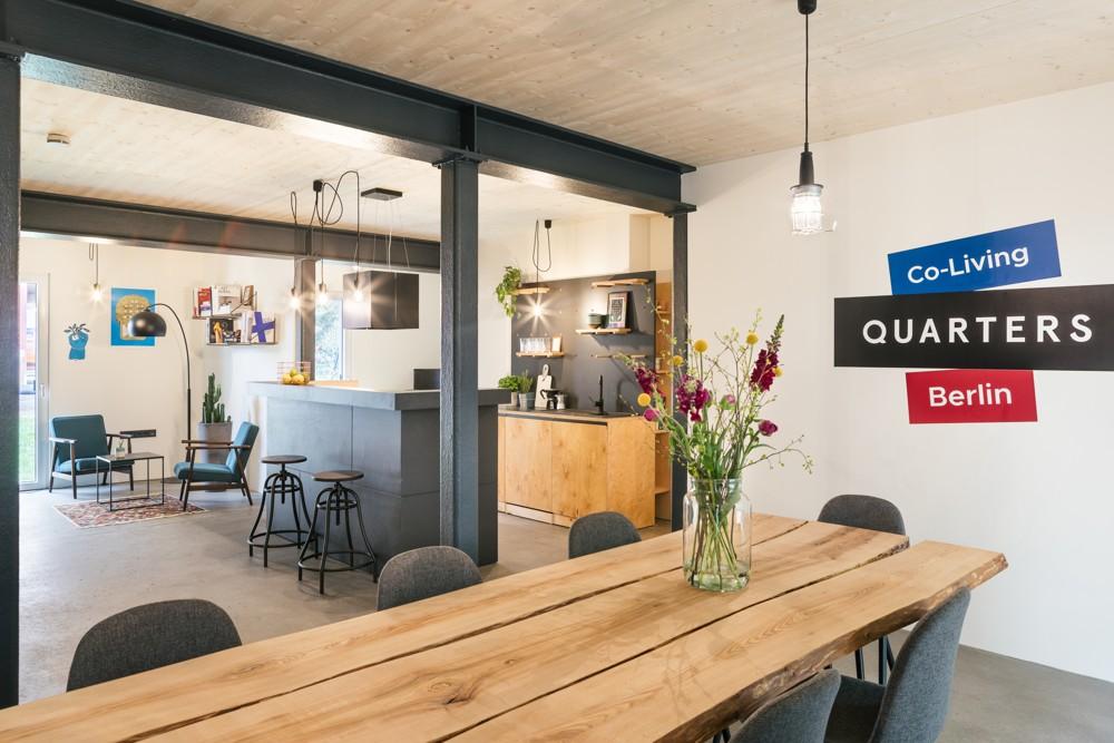 Im Quarters in Moabit hat jedes Apartment eine Gemeinschaftsküche mit Wohnbereich und ein Gemeinschaftsbad. Im Erdgeschoss befindet sich eine weitere große Community-Küche mit Ess- und Wohnbereich sowie einem kleinen Kino.   Abbildung: Quarters