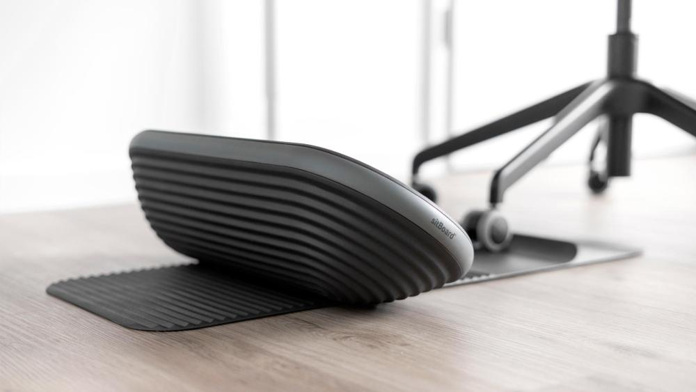 Die Lamellen auf der Fußmatte und an der Unterseite des Sitboards ermöglichen stabiles Sitzen. Der Stuhl kann dank des Stoppers nicht nach hinten wegrollen. Abbildung: Sitboard