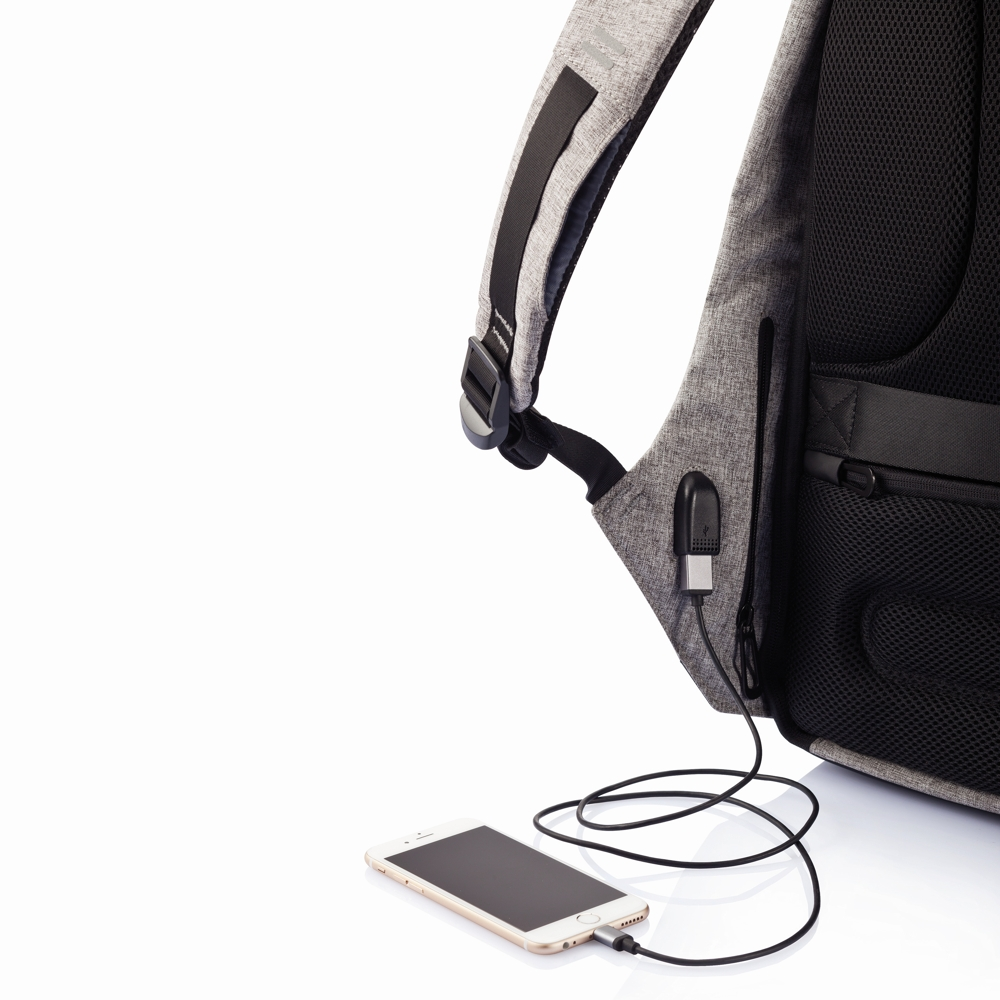 Durch das verbaute USB-Kabel kann Bobby mit einer Powerbank zum smarten Begleiter aufgerüstet werden.