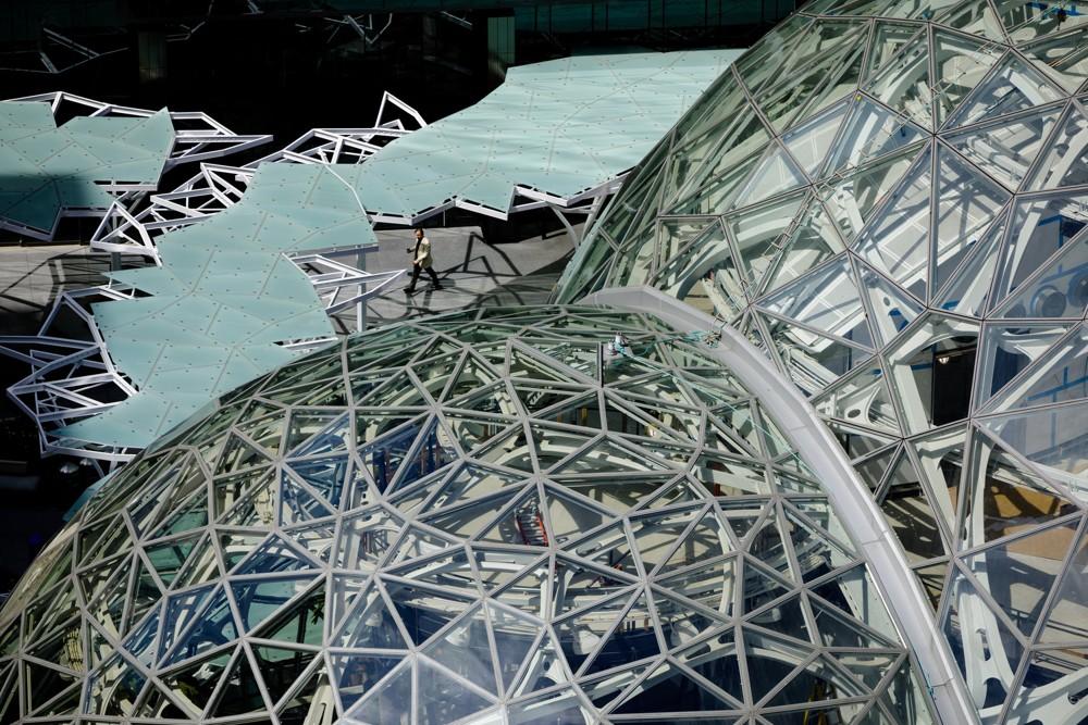 Die Fassade besteht aus 2.643 Glasscheiben. Um eine zu große Aufheizung zu vermeiden, besitzen sie eine Folienzwischenschicht, die Infrarotwellen aufhält.