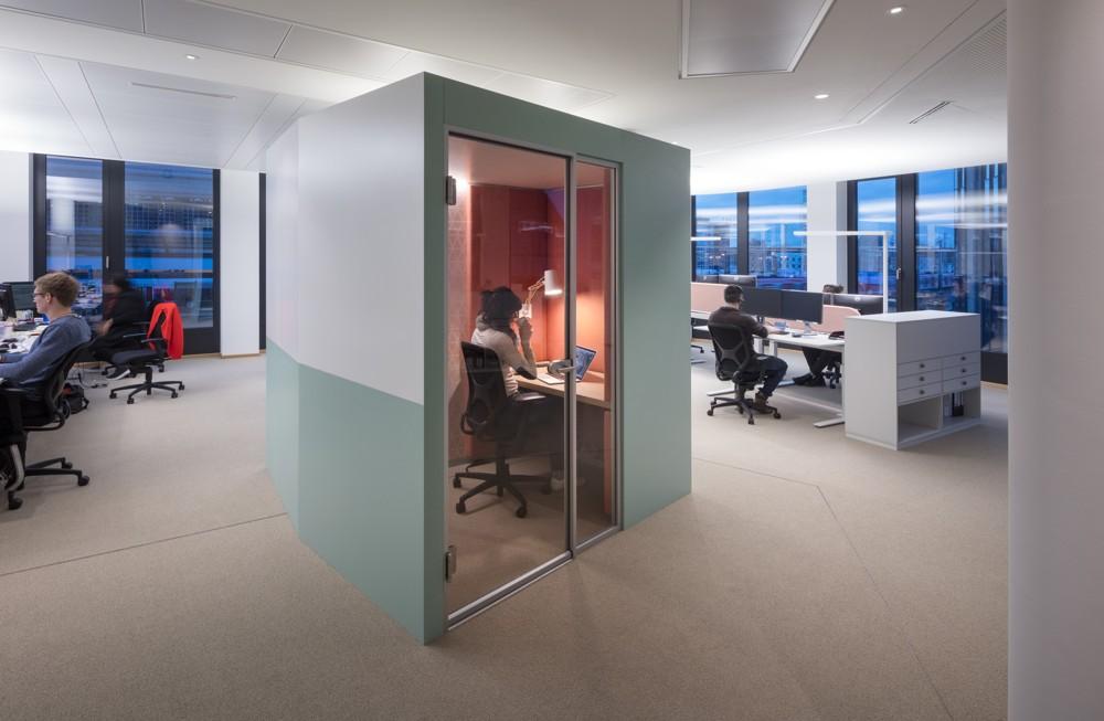 Für konzentrierte Arbeit stehen Raum-in-Raum-Kabinen zur Verfügung. Abbildung: HRS Group/HGEsch