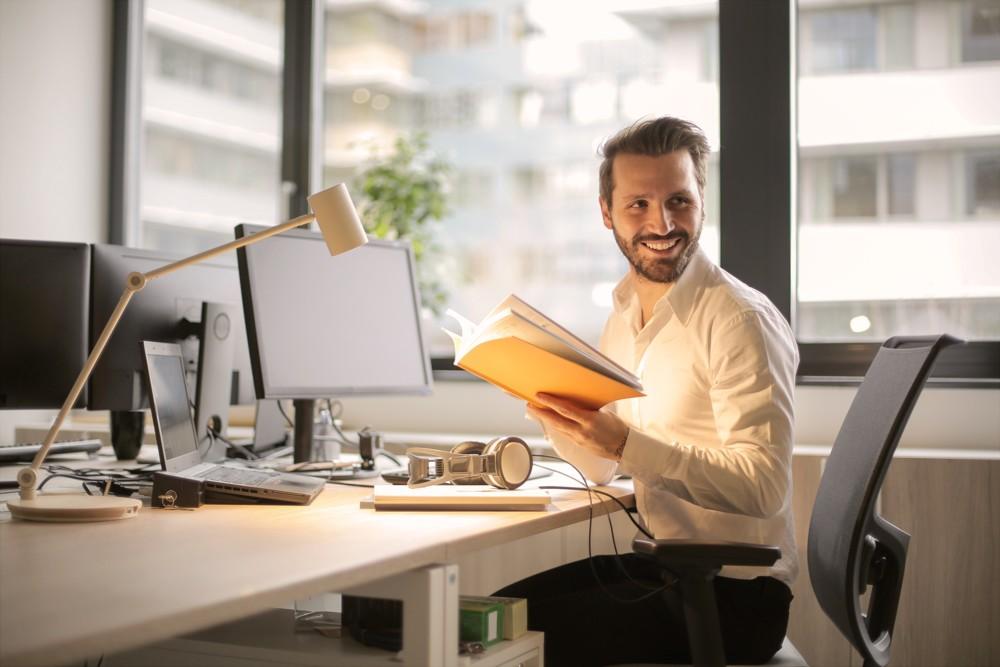 zufriedener Büroarbeiter