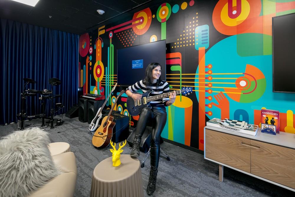 Büro? Ja, das Musikzimmer im Dropbox-Office. Abbildung: Uzi Porat