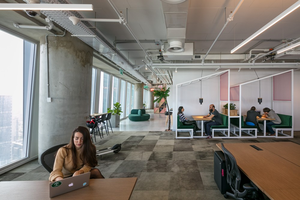 Direkt am Schreibtisch gibt es die Möglichkeit für kurzen Ideenaustausch. Daneben: abgetrennte Meetingräume. Abbildung: Uzi Porat