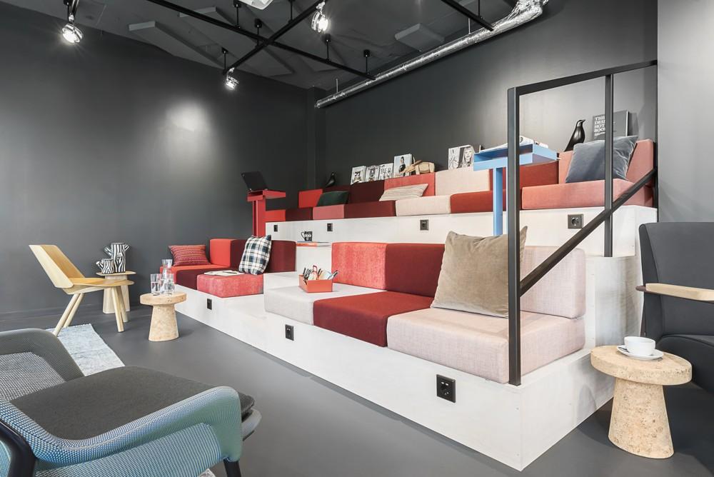Michael O. Schmutzer, CEO von Design Offices, gestaltet die Ausstellungsflächen in Halle 2.1 in einem völlig neuen Stil. Abbildung: Design Offices