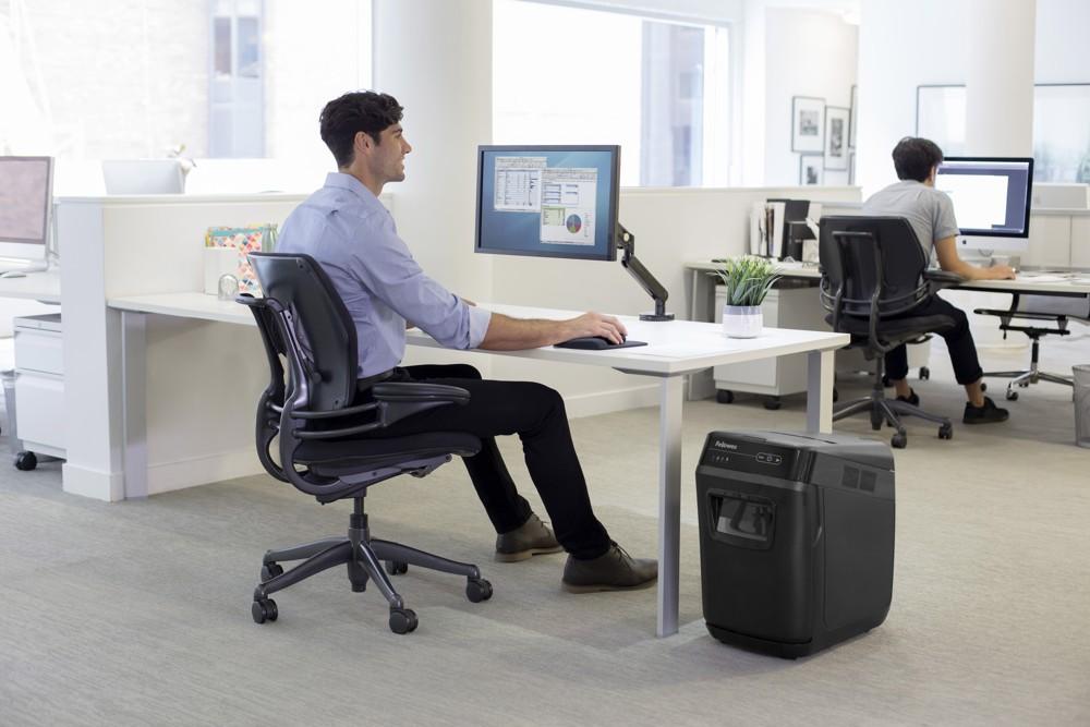 Aktenvernichter am Schreibtisch