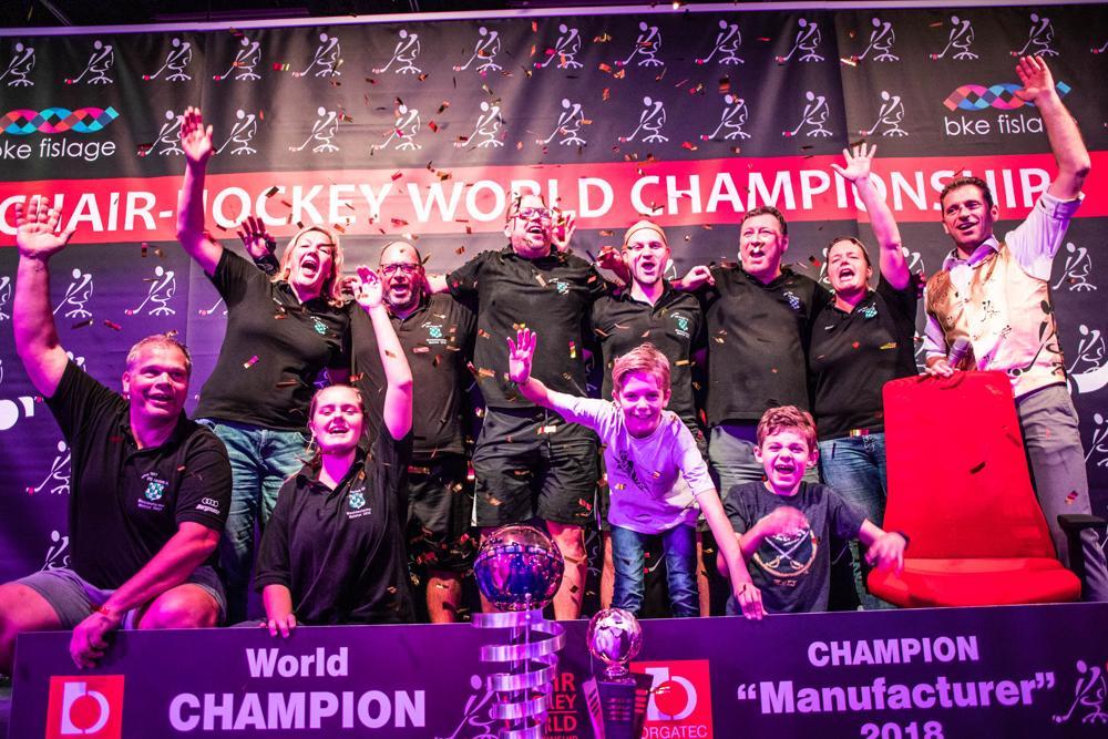 Halle 11.1: Erster Chair-Hockey-Weltmeister: Team Interstuhl feiert mit Kapitän Olaf Legermann (hintere Reihe, Dritter von rechts) den Titel
