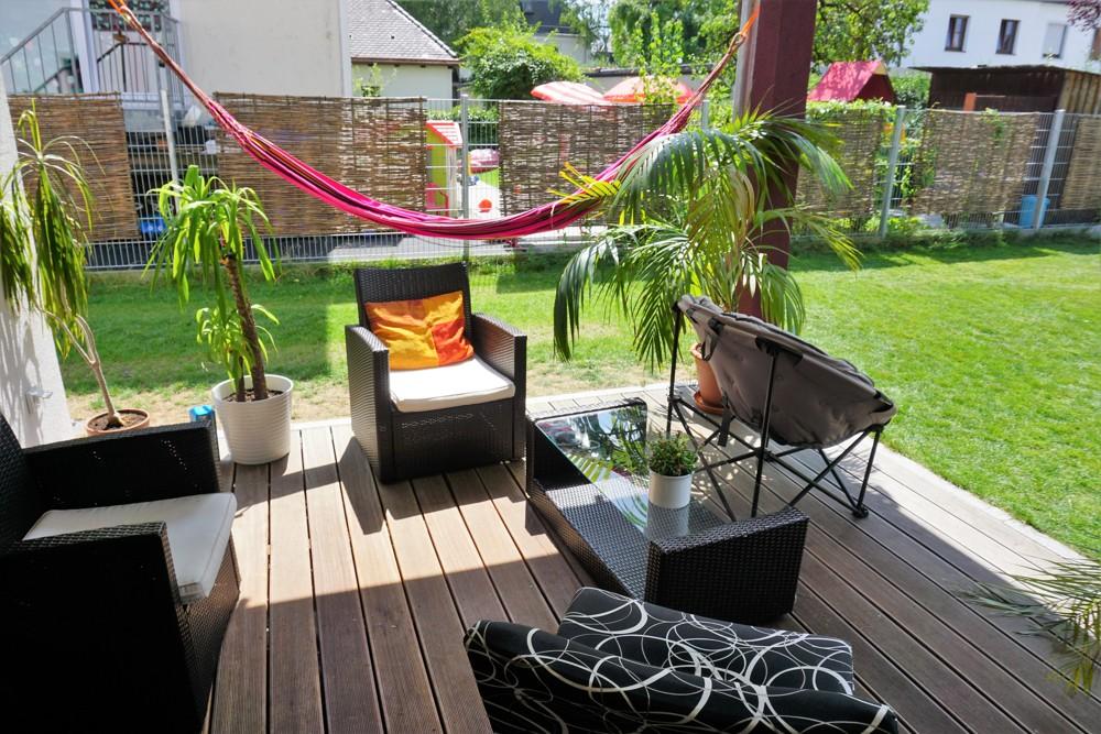 Coliving: Teil der Gemeinschaftsfläche: Terrasse und Garten zum Chillen und Austauschen.