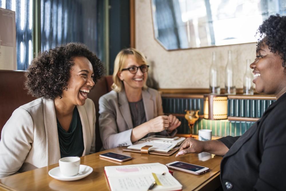 Sich mit Kollegen zu unterhalten, am besten fern des Arbeitsplatzes, fördert die Erholung in Pausen.