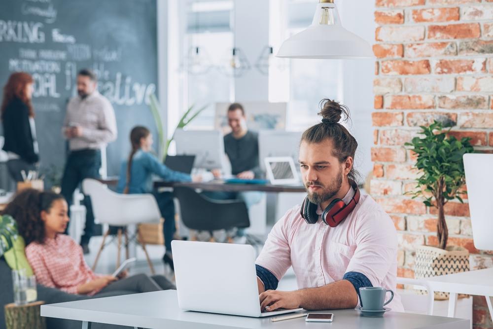 Gemeinsam mit Fremden arbeiten kann ungeahnte Synergien freisetzen: im Coworking-Space. Abbildung: Photographee.eu/Shutterstock.com