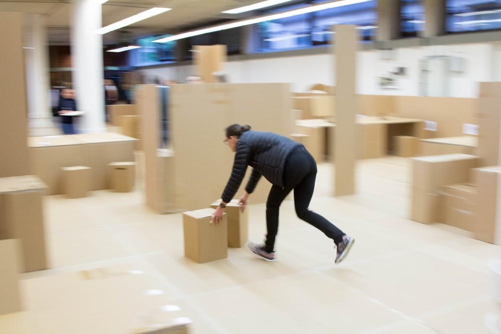 Mitarbeiter bauen das zukünftige Büro zuerst im 1:1 Maßstab aus Pappe. Abbildung: VDI Wissensforum