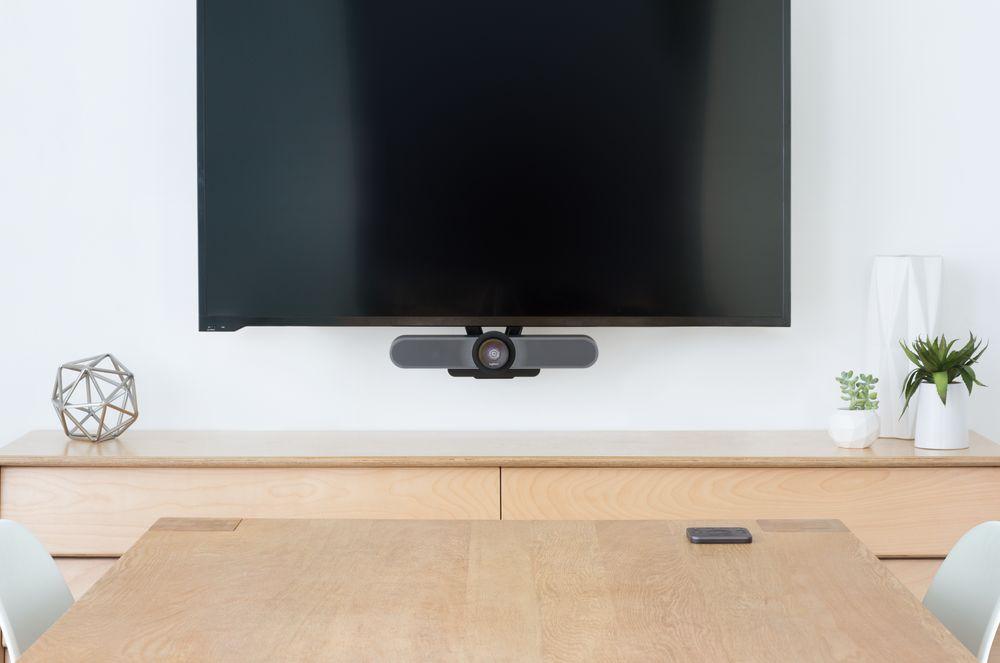 Die Lösung für den kleinen Meetingraum – Die Logitech MeetUp in Kombination mit einem Display. Abbildung: Logitech