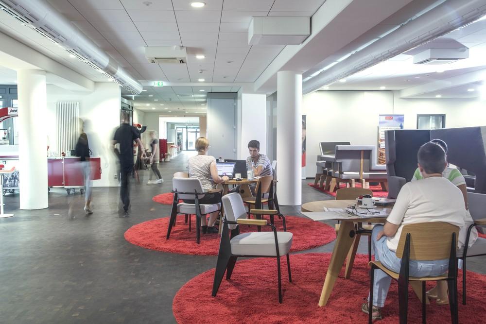 Ort zum Austausch und für temporäres Arbeiten: Besprechungsbereich mit Wohnzimmerflair. Abbildung: Vollack Gruppe