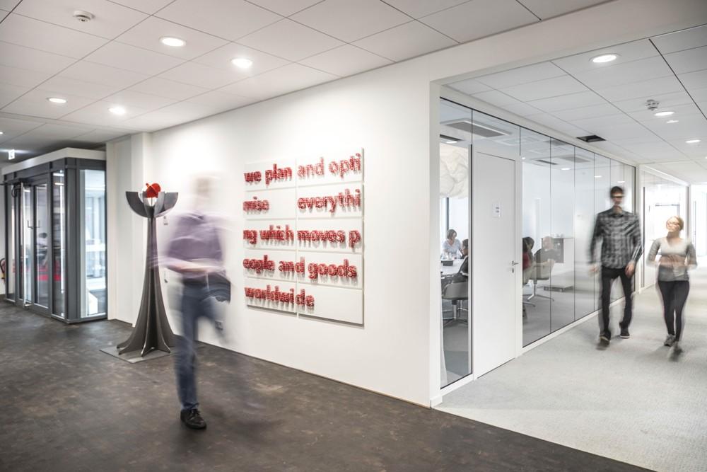 Zahlreiche kleine Details sorgen für ein stimmiges Gesamtbild: Unternehmensmotto im Eingangsbereich. Abbildung: Vollack Gruppe
