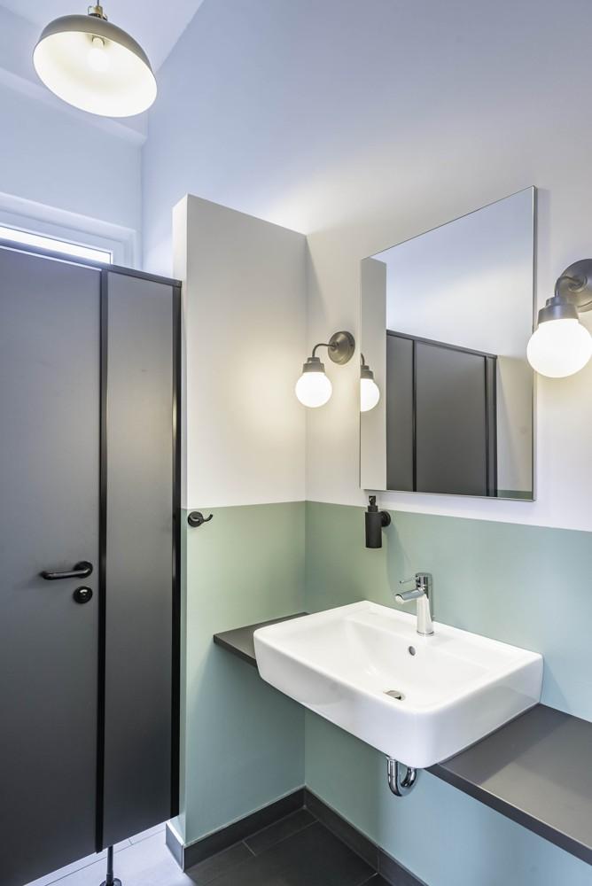 Auch im Waschraum trägt das schwarz lackierte Metall der Leuchten zum Industriechic bei. Abbildung: Emmanuel Decouard