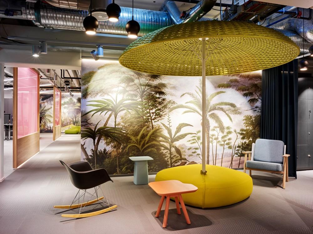 Storebrand, Besprechungsecke mit Palmenprint, Sonnenschirm und Schaukelstuhl