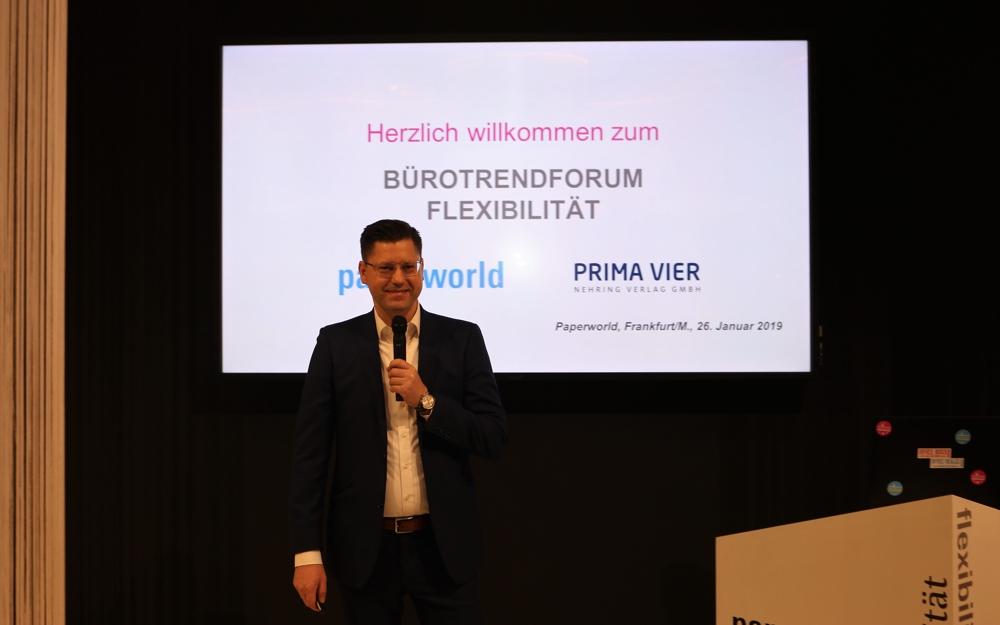 """Dr. Robert Nehring moderierte das Bürotrendforum Flexibilität am 26. Januar 2019 im Sonderschaubereich """"Büro der Zukunft"""" auf der Paperworld in Frankfurt/M."""