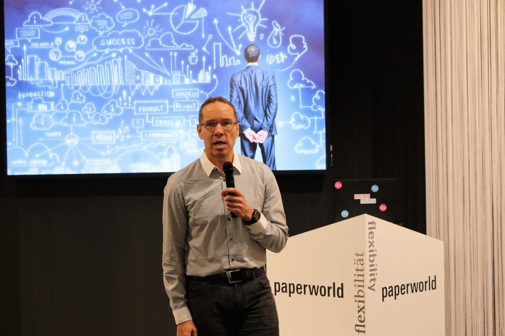 Andreas Peter Asel, Product Manager Business Printing bei der Epson Deutschland GmbH, warf einen kritischen Blick auf die digitale Transformation. Er hinterfragte die Effizienz heutiger Business-Prozesse.