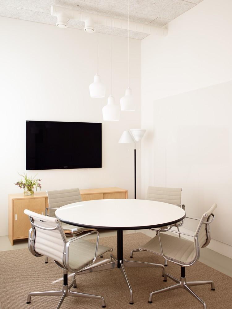 Besprechungsbereich mit Vitras Evergreen Aluminium Chair. Abbildung: Artek