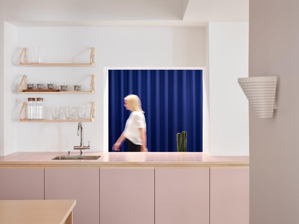 Treffpunkt Küche – mit freistehender Küchenzeile und natürlich ohne Türen. Abbildung: Artek