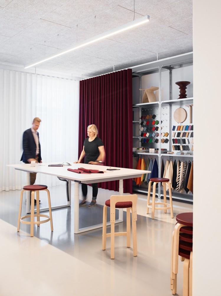 Gemeinsam Ideen entwickeln – am höhenverstellbaren Meetingtisch. Abbildung: Artek