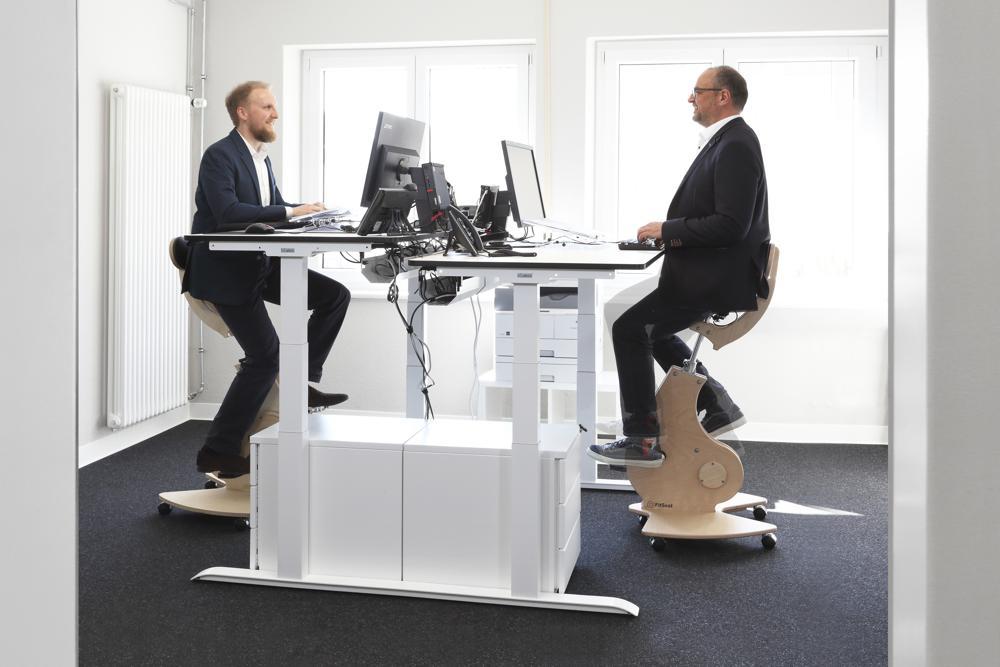 Der Fitseat vereint Schreibtischstuhl und Fahrradergometer. Abbildung: FitSeat
