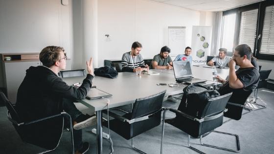 Coworking im Besprechungsraum. Abbildung: Netgear