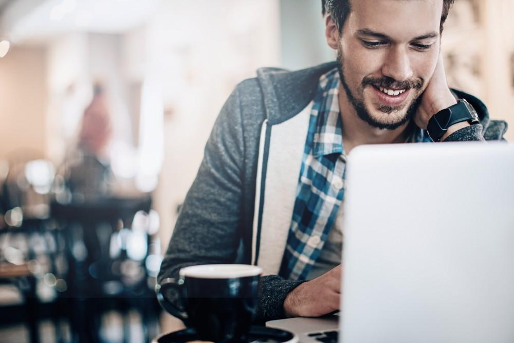 Egal, ob im Büro, im Coworking-Space, im Home-Office oder bei der Arbeit unterwegs: der Kaffee gehört immer dazu.