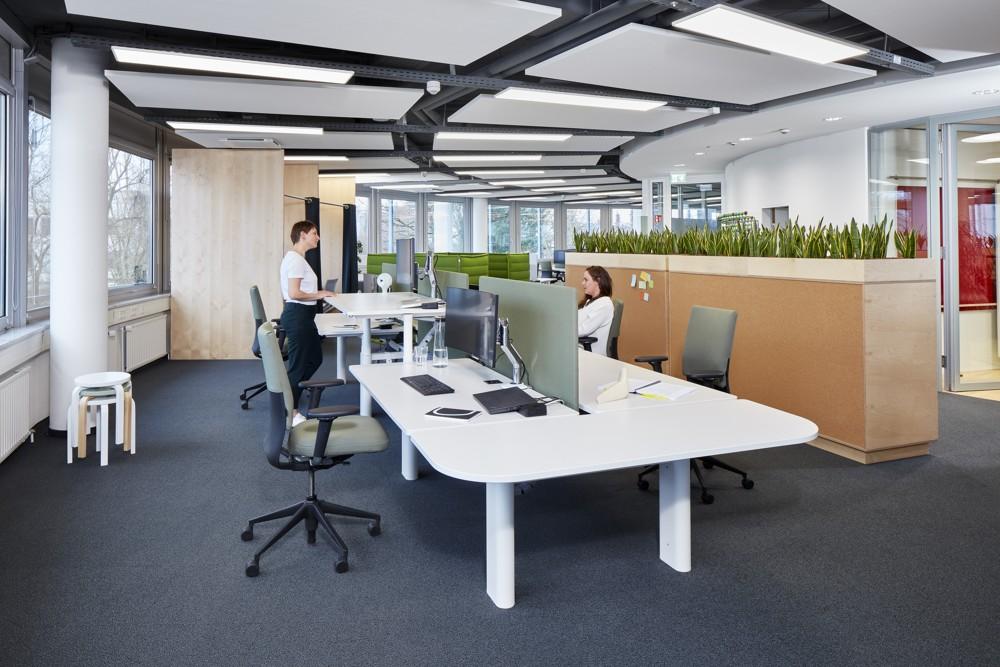 Sitz-Steh-Lösungen für ergonomisches Arbeiten. Abbildung: © Vitra, Fotograf: Eduardo Perez