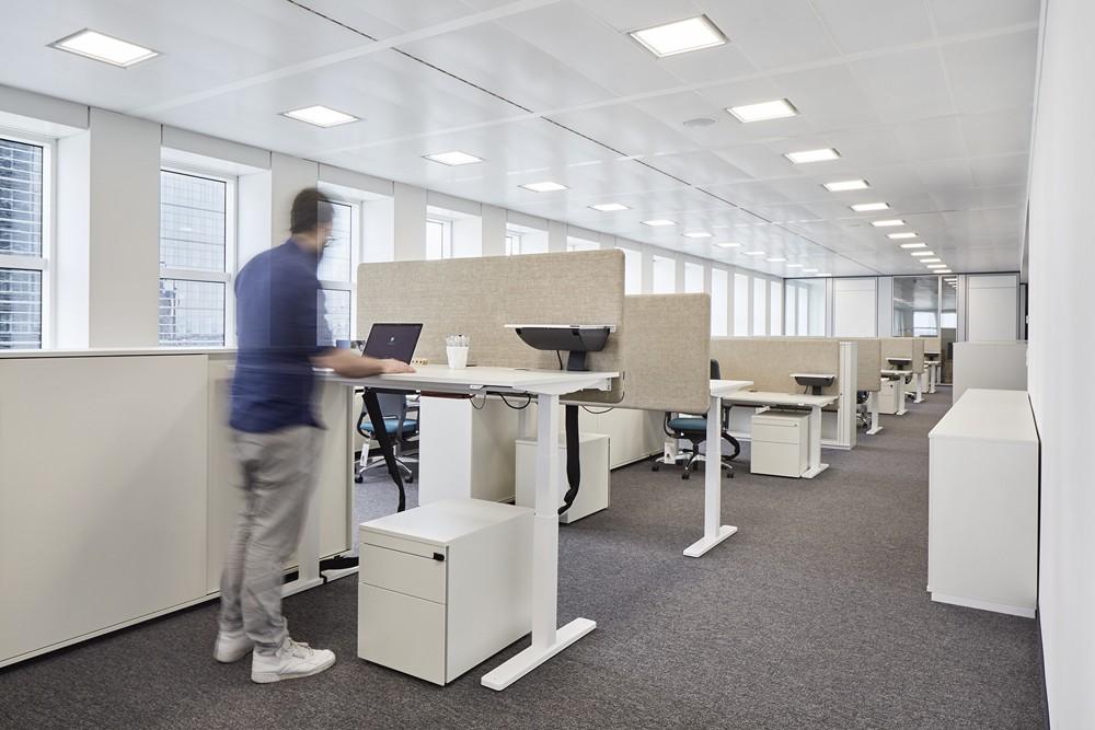 Sitz-Steh-Tische sorgen für mehr Bewegung am Arbeitsplatz. Abbildung: Kinnarps